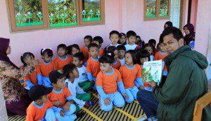 Pengenalan satwa asli Indonesia Elang jawa kepada anak-anak sekolah